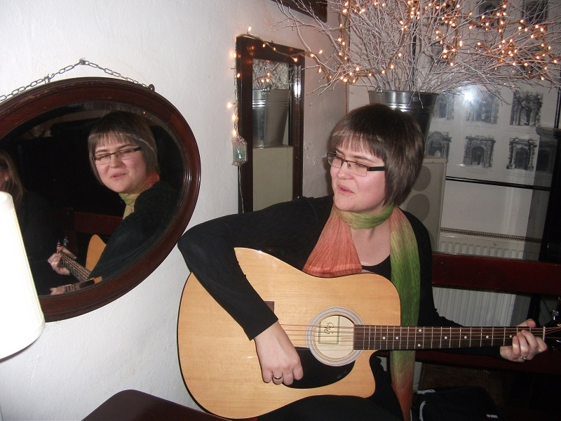 paulina guitar girl